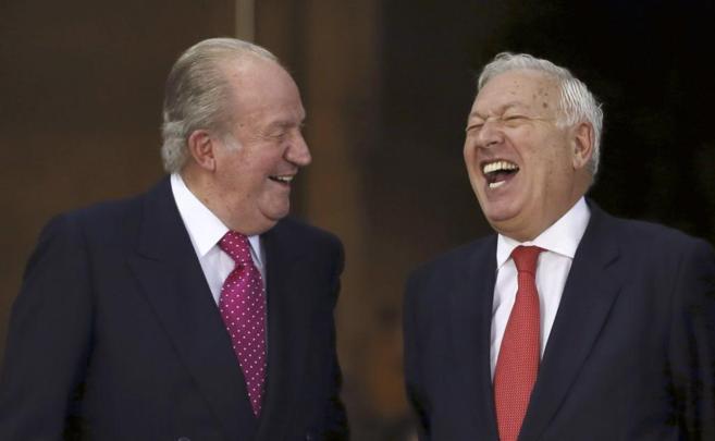 El ministro García Margallo y el Rey Juan Carlos se ríen poco antes...