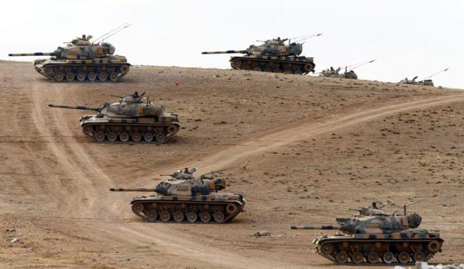 Tanques del ejército turco patrullan la frontera con Siria.
