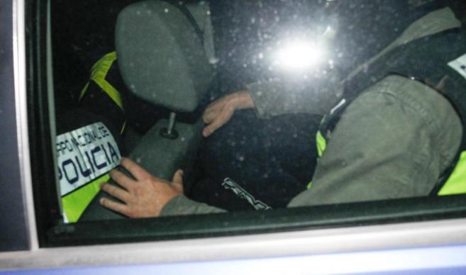 La Policía traslada al presunto pederasta a uno de los registros en...
