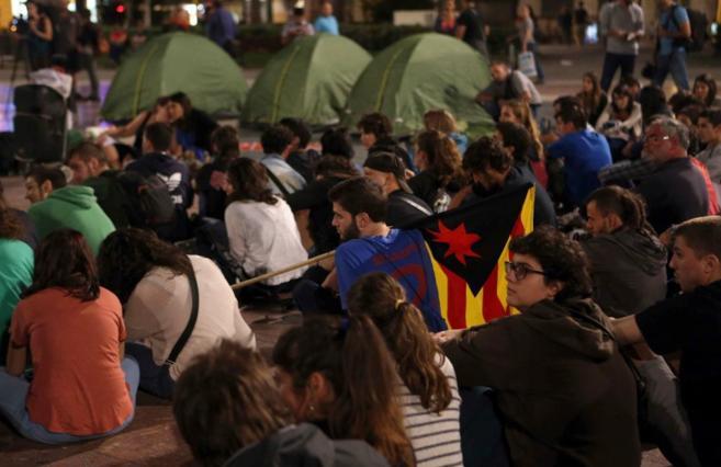 Un grupo de manifestantes acampados en la plaza Catalunya antes de que...