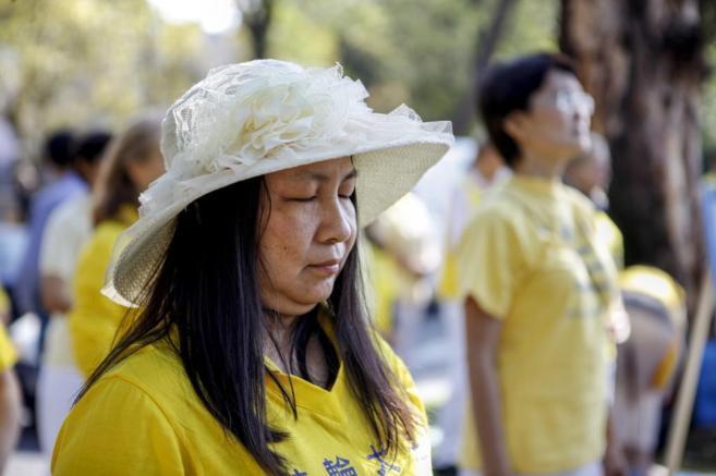Una seguidora de Falun Dafa protesta a través de la meditación, en...