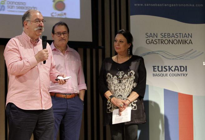 La directora de San Sebastián Gastronomika, Roser Torras, y los chefs...