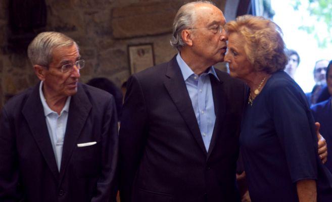 La condesa de Latores besa a su marido.