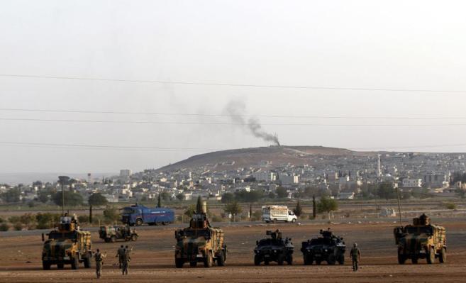 Soldados turcos observan la humareda por los ataques cerca de Kobane.