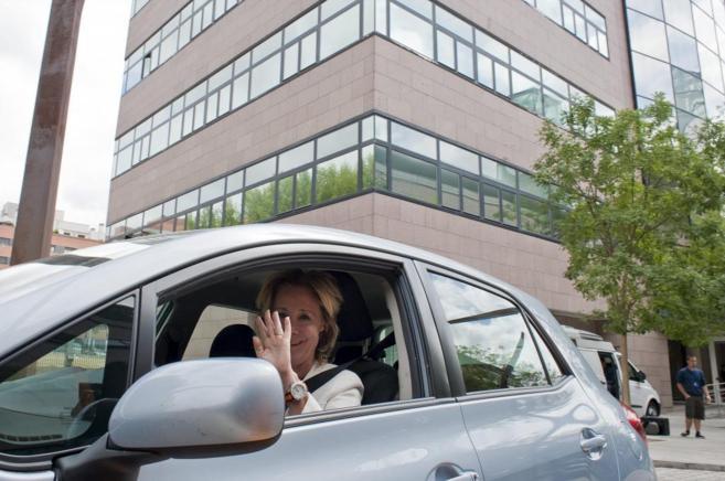 Esperanza Aguirre en su coche.