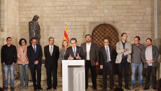 Artur Mas comparece escoltado por los partidarios de la consulta tras...