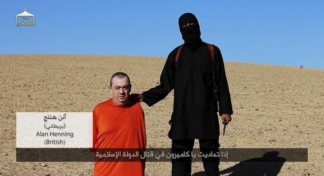 El ejecutor del británico David Cowthorne sostiene a Alan Hening...