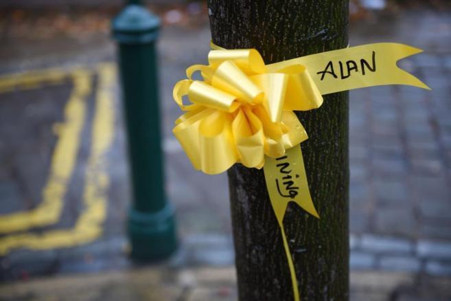 Cintas amarillas en recuerdo y homenaje a Henning, en el centro de...