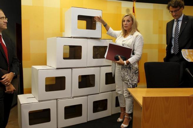 Las urnas, de cartón y plegables, cuestan sólo dos euros, lejos de...