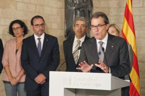 El presidente de la Generalitat, Artur Mas (2d), se dirige a los medios de comunicación en presencia del conseller Francesc Homs (i), la vicepresidenta Joana Ortega (2i) y el presidente de Esquerra Republicana, Oriol Junqueras (d), tras la reunión que han mantenido para acordar los pasos a seguir en el proceso de la consulta catalana. EFE / Marta Pérez.