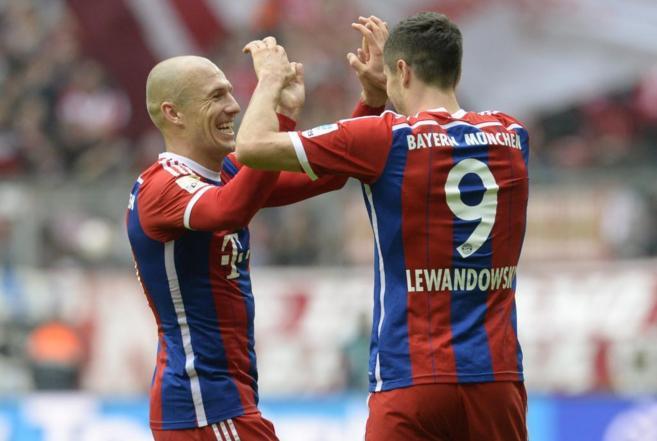 Robben y Lewandowski celebran uno de los goles al Hannover.