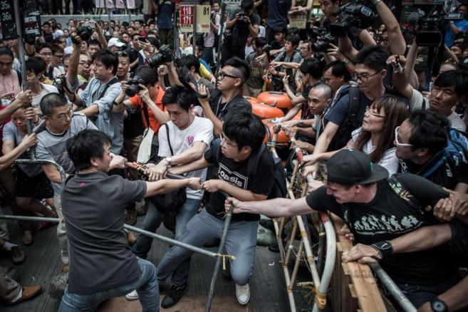 Choques entre manifestantes pro-democracia y opositores, en Hong Kong.
