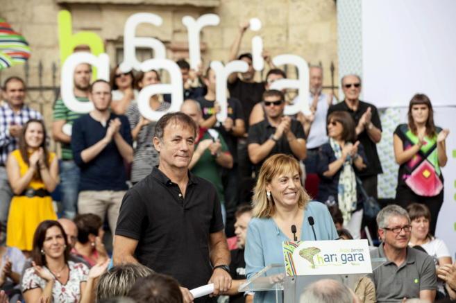 Kike Fernández de Pinedo y Miren Larrion en el acto político en...