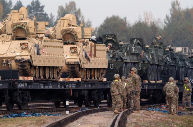 Soldados estadounidenses trasladan armamento pesado a la base de...