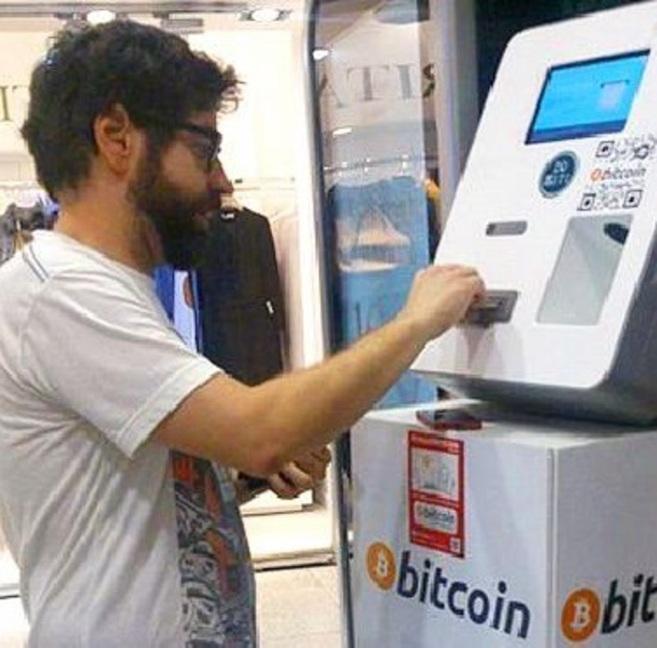 El cajero de 'bitcoins' del ABC de Serrano, con un usuario.