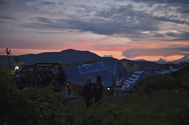 Las autoridades montan un campamento en una de las fosas encontradas.