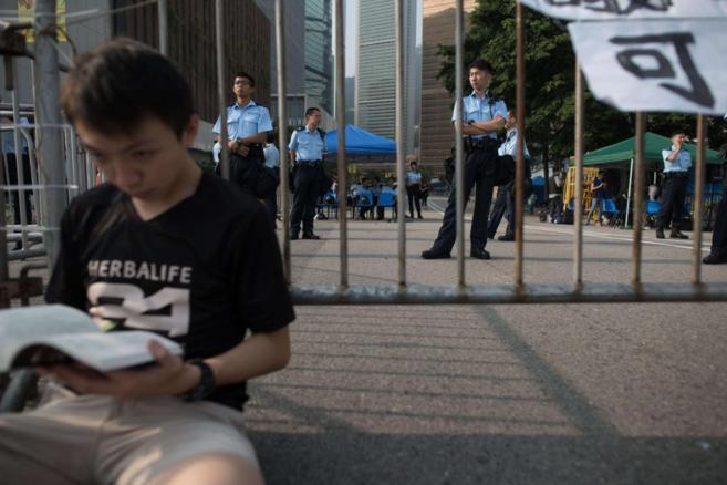 Un manifestante a las puertas de la Oficina Central del Gobierno en...