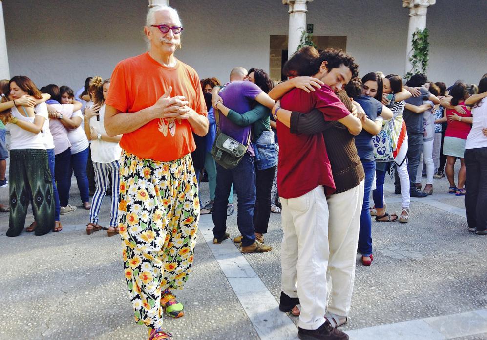Más de 500 profesores unidos en un multitudinario abrazo durante la...