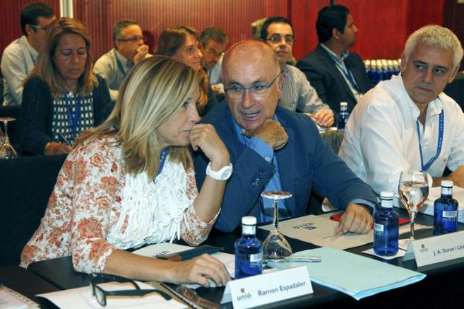 El líder de Unió Democràtica, Josep Antoni Duran Lleida, junto a la...