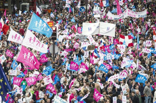 Miles de manifestantes recorren las calles de París contra la...