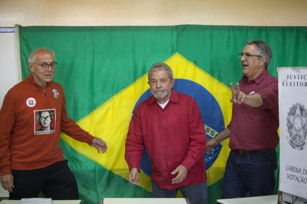El ex presidente brasileño Lula Da Silva vota en Sao Bernardo do...