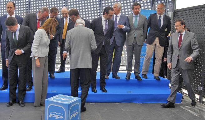 Rajoy, junto a los barones  del PP y los miembros de la dirección, en...