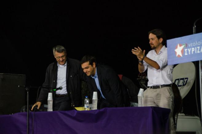 Pablo Iglesias toma asiento al lado de Tsipras, centro, y Maurizio...