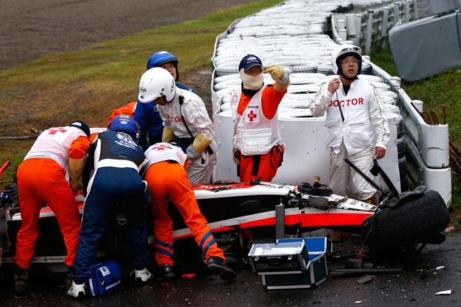 Los médicos y operarios asisten a Jules Bianchi tras el accidente.