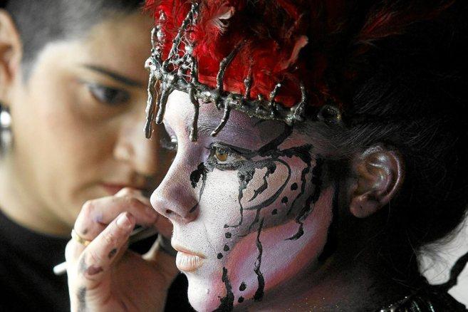 La maquilladora alicantina Aranzazu MakeUp, durante una sesión de...