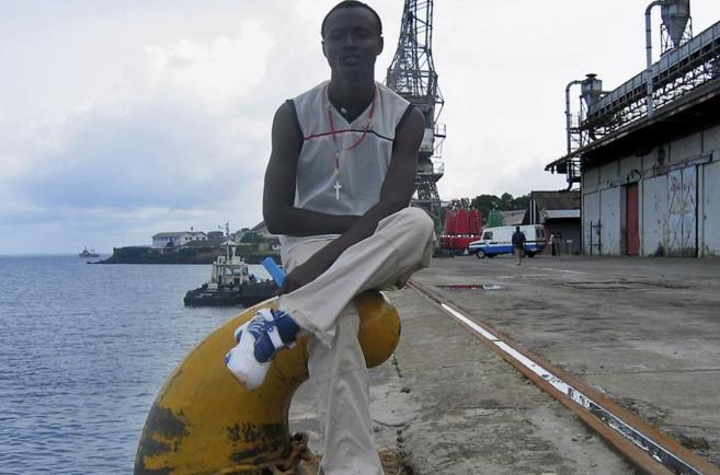 Un sierraleonés aparece sentado en el puerto de Freetown