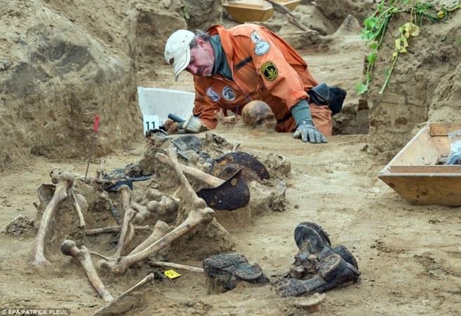 Experto desenterrando los esqueletos de soldados caídos en Klessin...