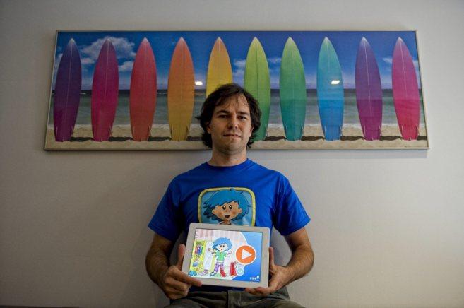 Nacho Huertos, creador de Didactic Apps, posa con una tableta con una...