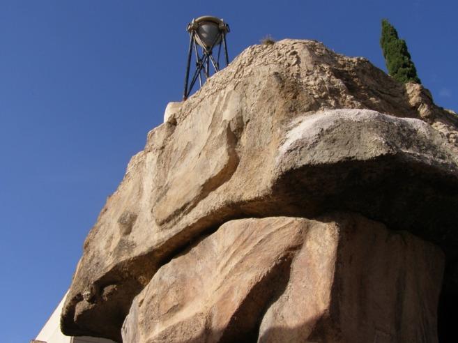 Detalle del panteón de Agustín Gisbert, que imita la estructura de...