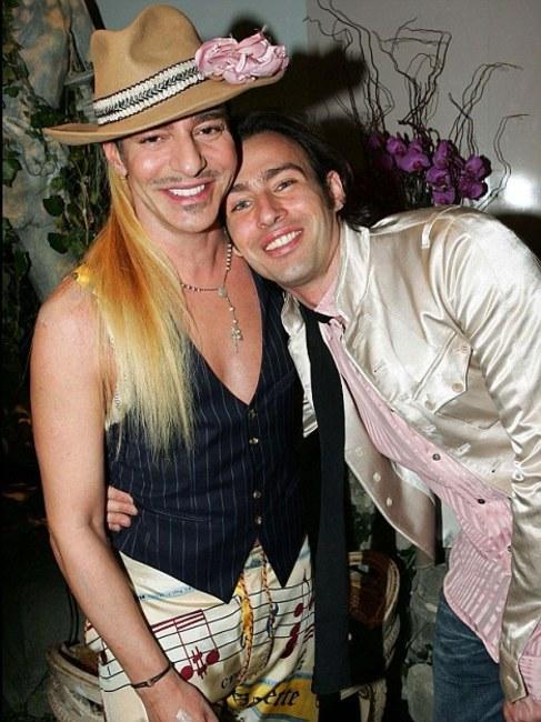 Galliano y Alexis Roche, en una fiesta antes del episodio 'Amo a...