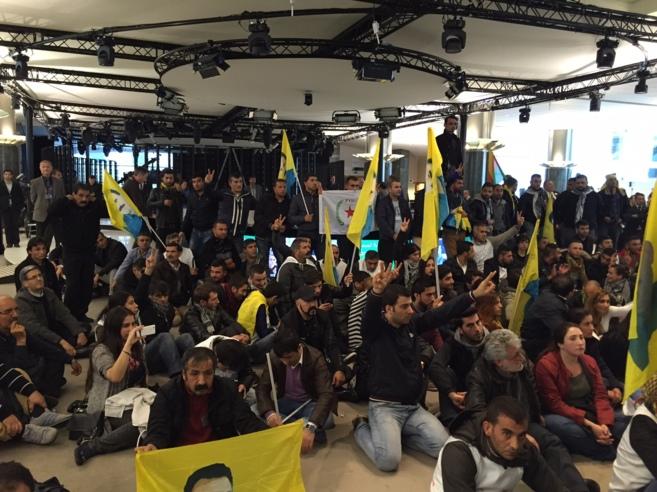 Manifestantes kurdos irrumpen en el 'lobby' del Parlamento...