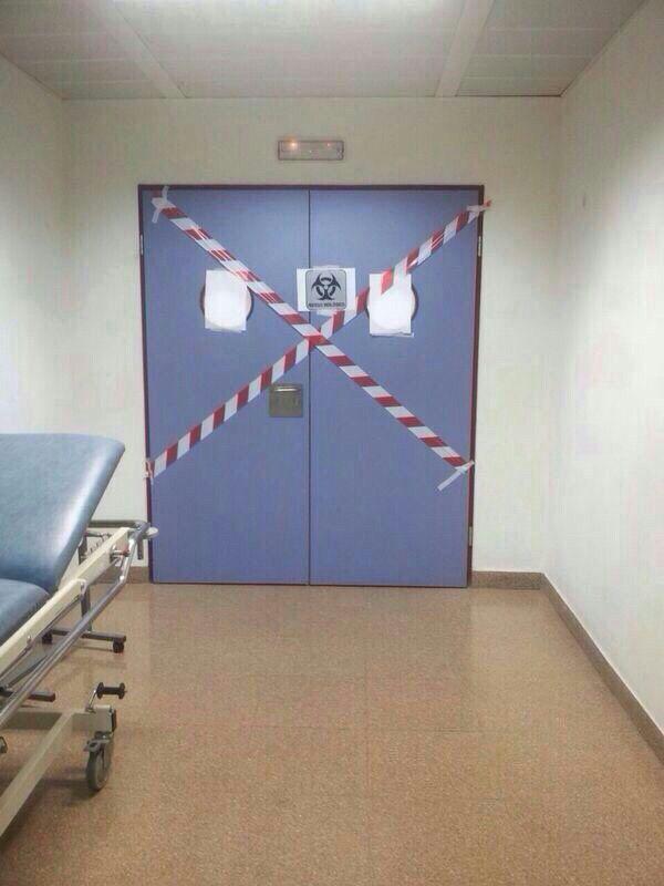 Acceso a la zona del Hospital de Alcorcón donde estuvo aislada la paciente.