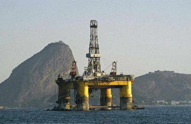 Plataformas de extracción de petróleo en alta mar en la Cuenca de...