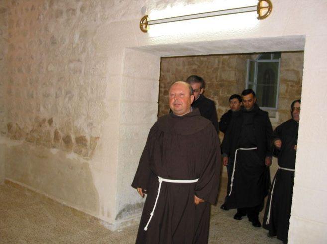 El párroco franciscano Hanna Jaluf junto a otros hermanos de su...