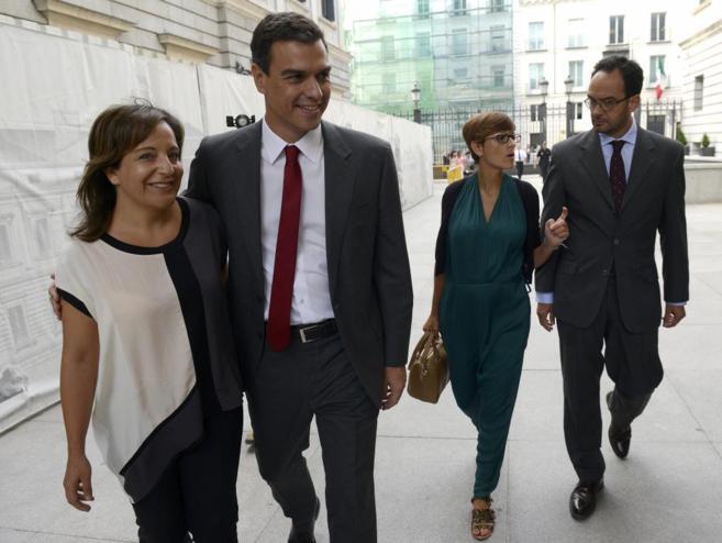 El líder del PSOE, Pedro Sánchez, junto a la portavoz en el...
