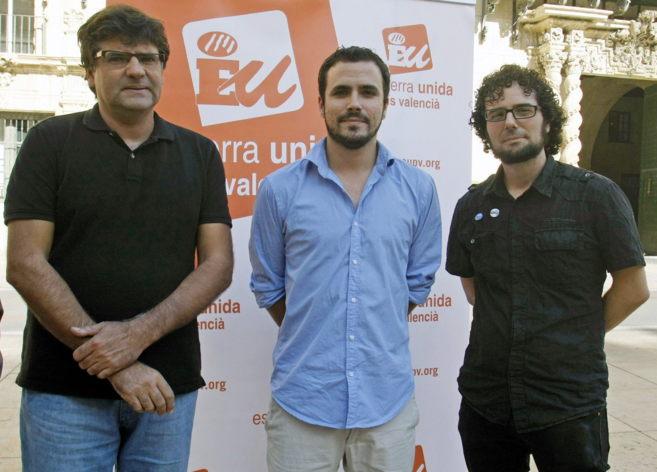 Alberto Garzón, en el centro, junto al portavoz de IU Alicante Miguel...