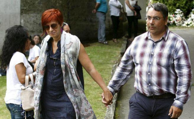Sandra Ortega y su esposo, en el último adiós a Rosalía Mera.