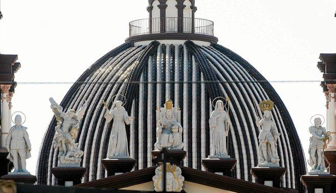 La figura de Franco (primera por la izquierda), con una corona de...