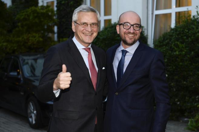 Kris Peeters y Charles Michel posan tras alcanzar un consenso para...