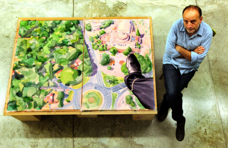 Curro González con el cartel del festival de cine europeo