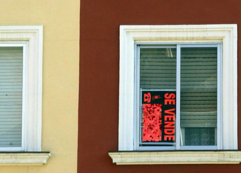 Imagen de archivo de un cartel de 'Se vende' en una ventana...
