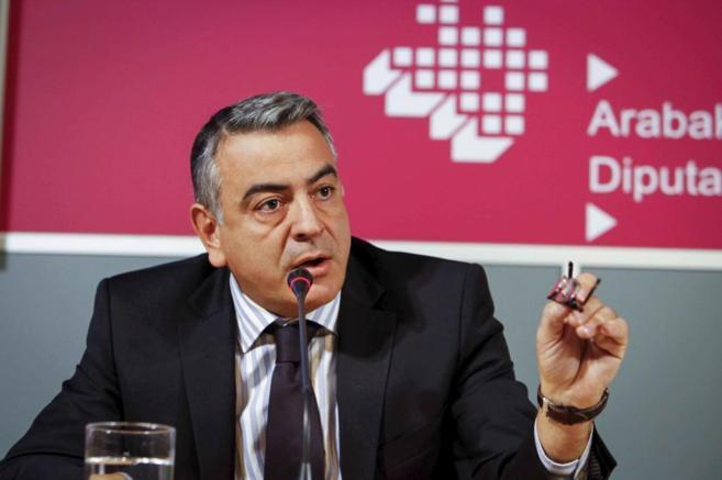 Javier de Andrés, diputado general de Álava, en la rueda de prensa...