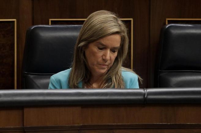 La ministra de Sanidad, Ana Mato, durante la sesión de control al...