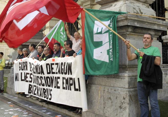 Los trabajadores del servicio de transporte Bizkaibus se manifestan...