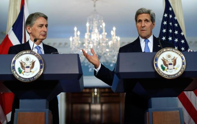 El ministro de Exteriores británico, Philip Hammond, y el secretario...