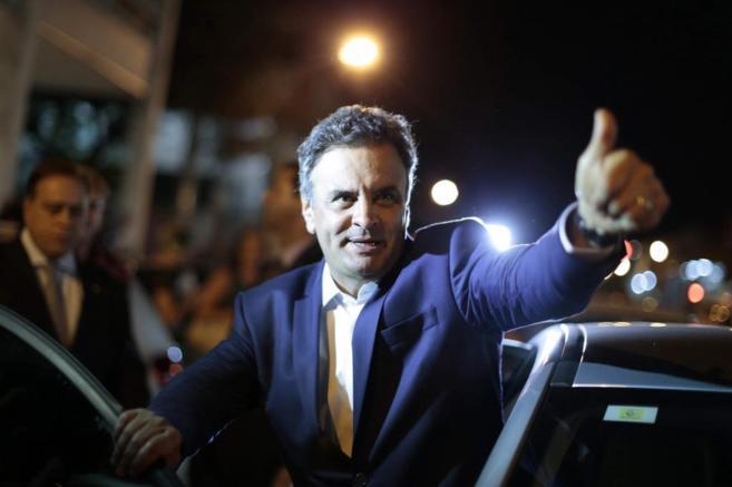 El candidato Aécio Neves saluda a sus simpatizantes.